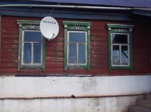 Старые окна в деревянном доме