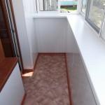 новые полы на балконе покрыты линолеумом с плинтусом по периметру