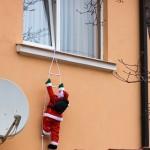 Дед мороз забирается в окно
