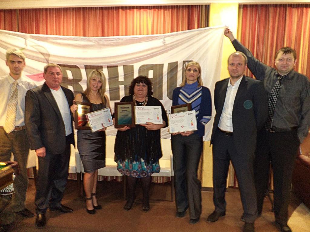 Генеральный директор и учредитель компании «ТЕХНОСАР» с награждёнными счастливчиками фирменными сертификатами от «REHAU»