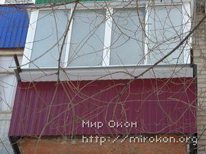 Остекление балкона с выносом вишневого цвета
