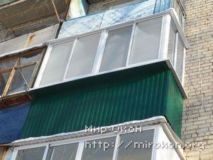 Остекление и отделка балкона зеленого цвета