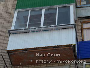 Белая отделка балкона с выносом