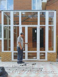Пластиковая дверь входной группы частного дома