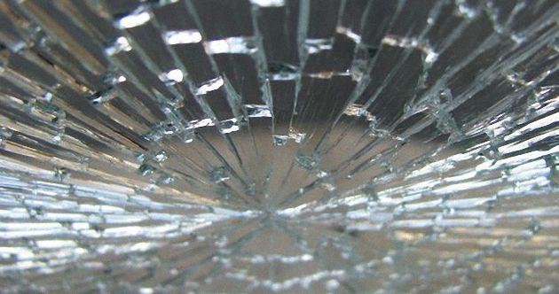 Разбитое стекло пластикового окна