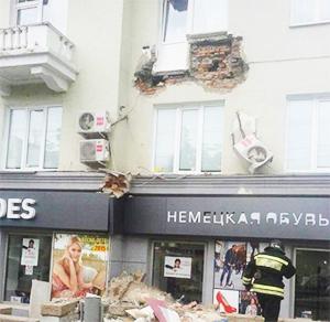 Установка пластиковых окон стала причиной падения балкона в Челябинске