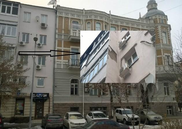 В центре Ростова вместе с сосулькой обрушилась часть балкона