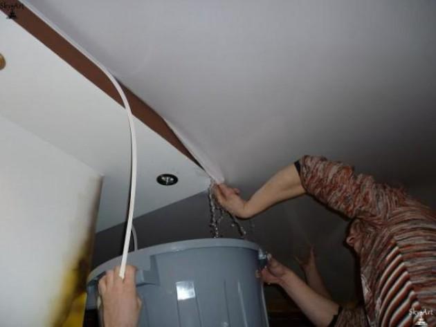 Слив натяжного потолка