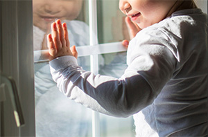 Напоминаем об опасности падения детей из окон и с балконов
