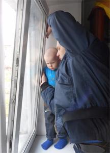В Новокузнецке ребенок застрял в окне