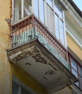 Аварийные балконы: сносить или ремонтировать?