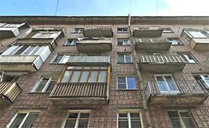 По вине строителей  с балкона упала и погибла пенсионерка